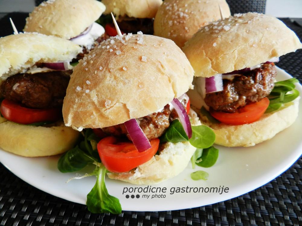 mali jagnjeci burgeri sa domacim zemickama