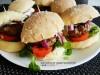 Mali jagnjeći burgeri sa domaćim zemičkama