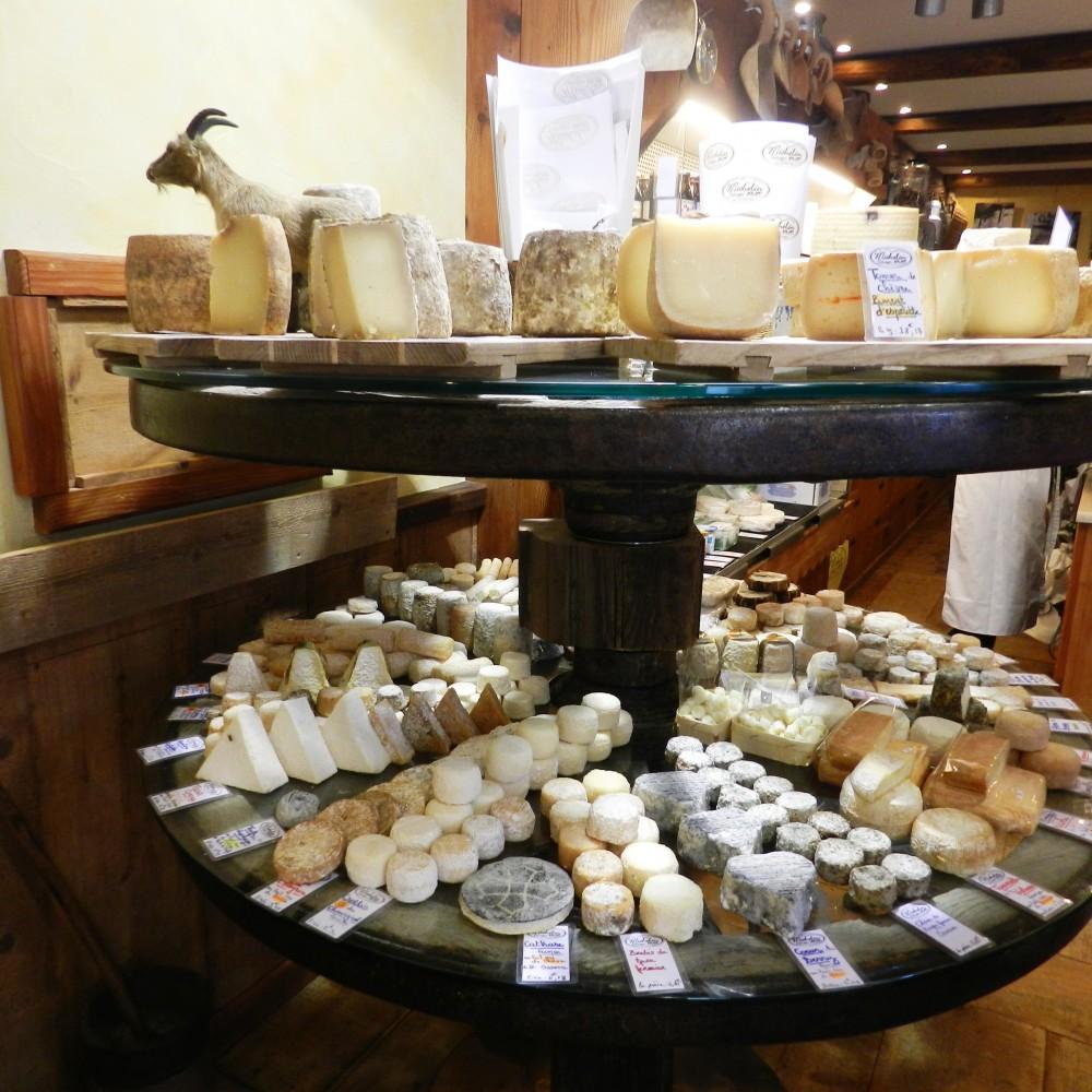 Ferney, Francuska, prodavnica sireva -odeljak sa kozjim sirevima, Foto: Porodične gastronomije
